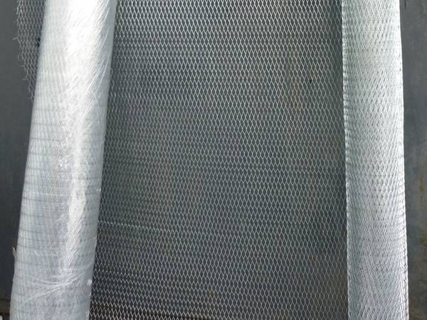 Two rolls of expanded metal with 20×8×0.9×0.7mm mesh pattern on the dark grey background